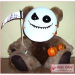 Halloween-Bär Teddy O'Lantern, mit und ohne Maske - aber immer mit Sense und Kürbis.