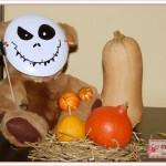 Herbst-Deko für Halloween mit Grusel-Teddy und Kürbis