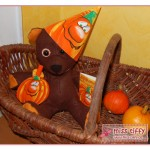 Herbst-Deko für Halloween mit Party-Teddy und Kürbis