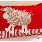 Schafskuschelkissen in rot - Schaf zum Kuscheln sucht neues Zuhause.