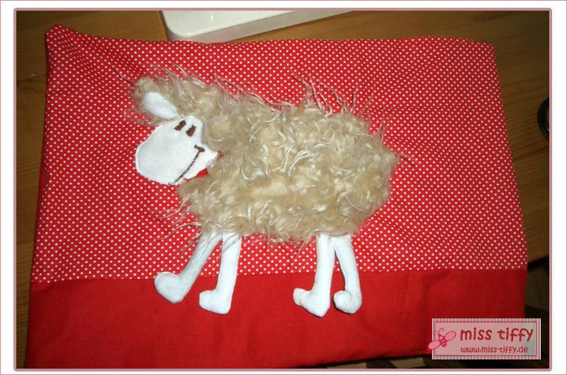 Schaf-Kuschelkissen: das erste rote Kissen ist fertig