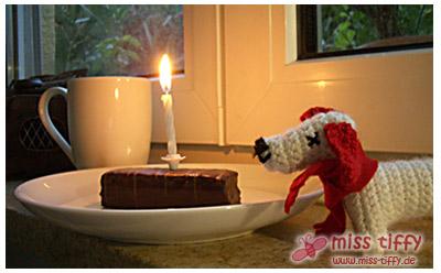 Glücksbringer: Happy Dog Häkelhund, Yes-Törty und eine Tasse Tee. Mit Kerze, bitteschön!