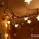 Korkenzieher-Haselnuss mit Silberkugeln und Sternlichtern