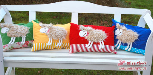 Schaf-Kuschel-Kissen in rot, blau, gelb und grün