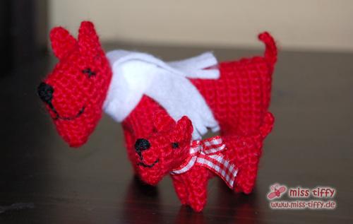 Roter Häkelhund mit Junior: Mini-Häkelhund Fin