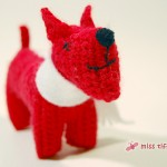 Gehäkelter Hund in Rot