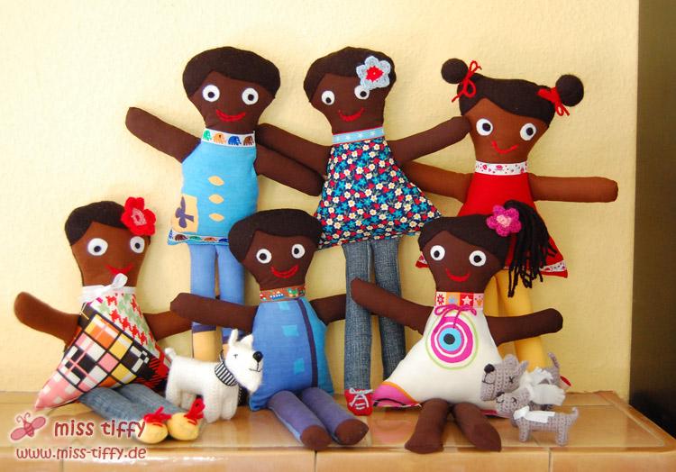 Alle sechs Puppen für Dolly Donations, kurz vor ihrer Abreise nach New York und Haiti.