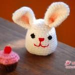 Gehäkelter Amigurumi-Hasi mit Cupcake