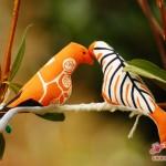 Passend zu den Kissen: die orangefarbenen Vögelchen :-)