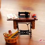 Mini-Nähmaschine mit Tisch und Korb mit Nähutensilien