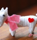 Gehäkelter Terrier in Weiß, mit Karo-Schal und Herzchen