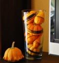 Kürbis im Glas, mit Bändern verziert. Einfach, schnell, hübsch.