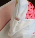 Baby-Badehandtuch mit Kapuze von hinten