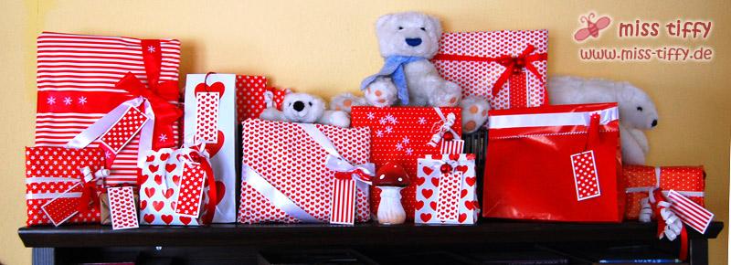 Unser Adventskalender, dieses Jahr laute rot-weiße Päckchen