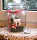Das Reh im Glas, mit Fliegenpilzen, Moos und Schleifchen