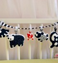 Spielkette im Kinderbett