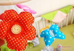 Blümchen und Schmetterlinge in bunten Farben fürs Mobile
