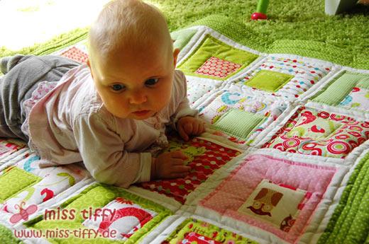 Baby guckt sich den neuen Quilt mal an