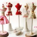 Im Shop: Anleitung & Schnittmuster für Miniatur-Schneiderpuppe als Nadelkissen