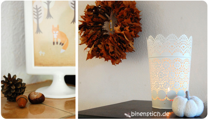Herbst-Deko: Bläterkranz, Kerzen, Häkelkürbis und gesammelte Schätze | binentsich.de