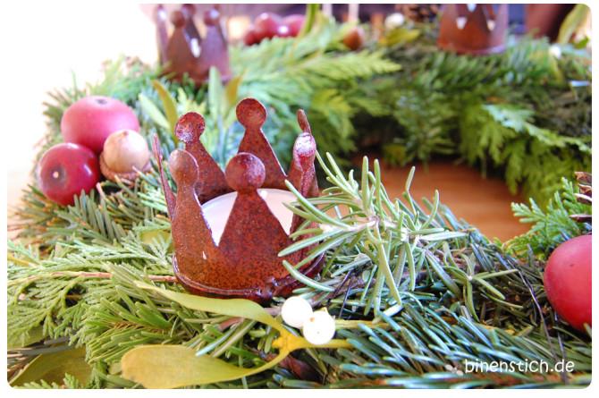 Selbstgebundener Adventskranz 2013: Nadelmix, Äpfel und Kronen | binenstich.de