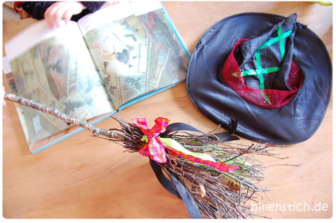 Fast fertig! DIY-Hexenbesen mit Bändern, während das Kind in Fachlektüre vertieft ist. | binenstich.de
